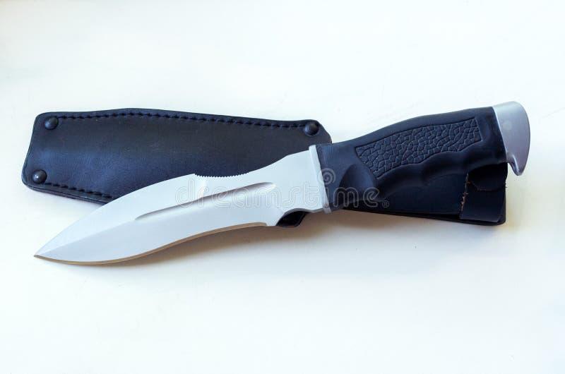 Un grand couteau avec une forme élégante du ` s d'épée et un cas en cuir image stock