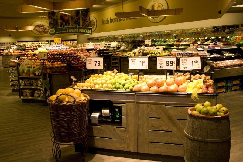 Grande épicerie avec des choix organiques photo stock