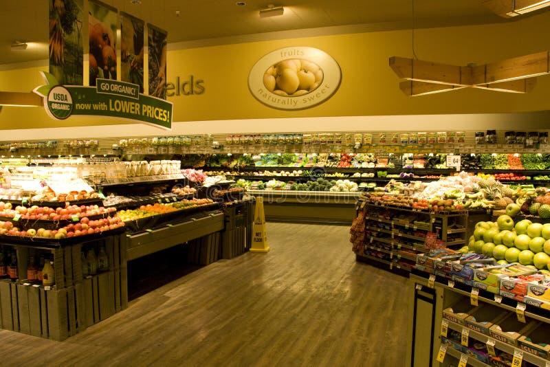Grande épicerie avec des choix organiques images libres de droits
