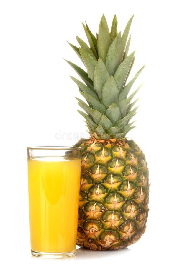 Un grand fruit mûr frais d'ananas avec le jus d'ananas sur un fond d'isolement blanc Fruit d'?t? photo libre de droits