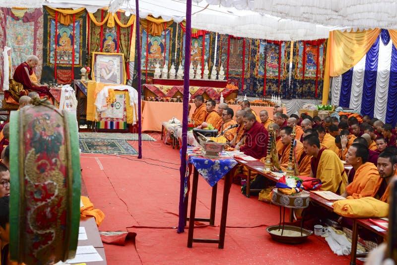 Un grand groupe de moines bouddhistes tiennent une prière commune à Katmandou, Népal photo stock