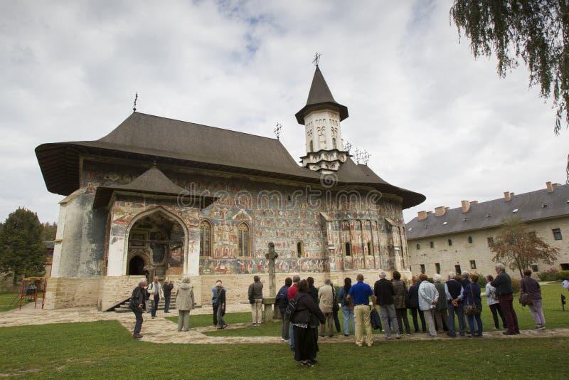 Un grand groupe de monastère de touristes de Sucevita de visite images stock