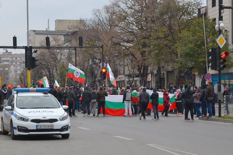 Un grand groupe de personnes de protestation avec des drapeaux a participé à une démonstration sur la rue de ville photographie stock libre de droits