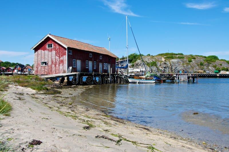 Un grand hangar à bateaux sur la côte ouest suédoise images stock