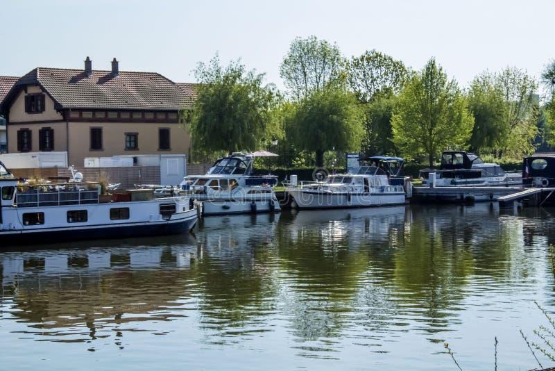 Un grand lac avec des bateaux dans les Frances image libre de droits
