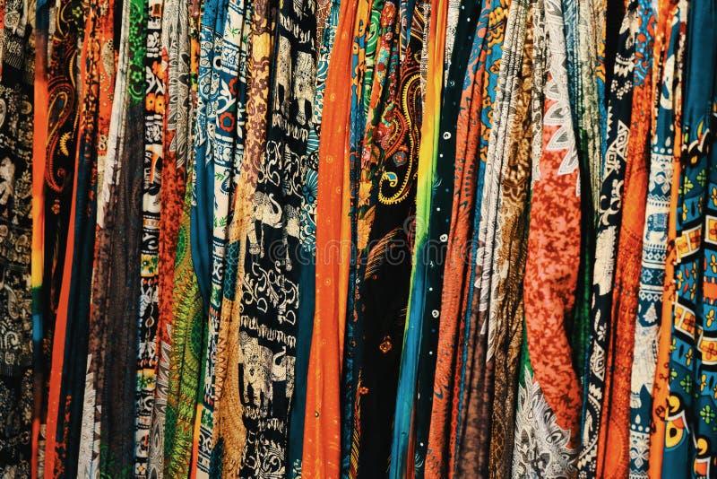 Un grand nombre de châles colorés, textiles modelés, fond photographie stock