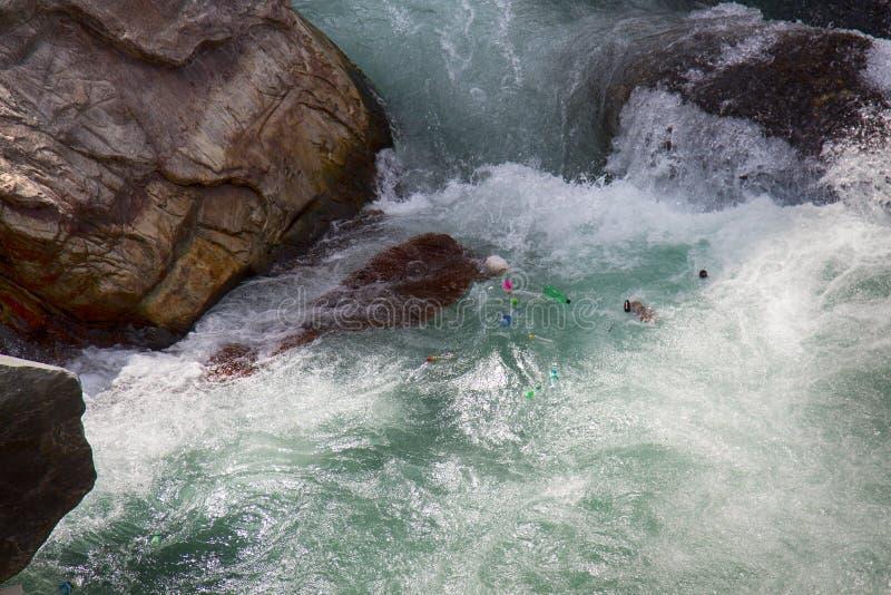 Un grand nombre de déchets en plastique même dans les rivières pures de montagne l'himalaya photographie stock libre de droits