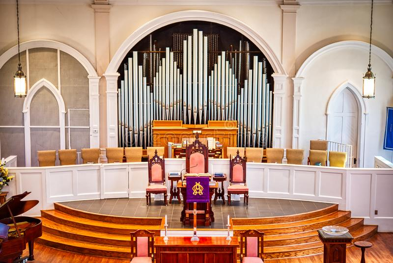 Un grand organe de tuyau dans une église photos stock