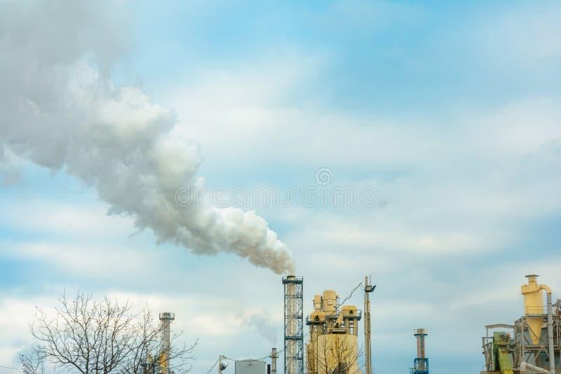 Un grand plan du tuyau d'usine, qui produit la fumée néfaste dans l'environnement dans la perspective du ciel photo libre de droits