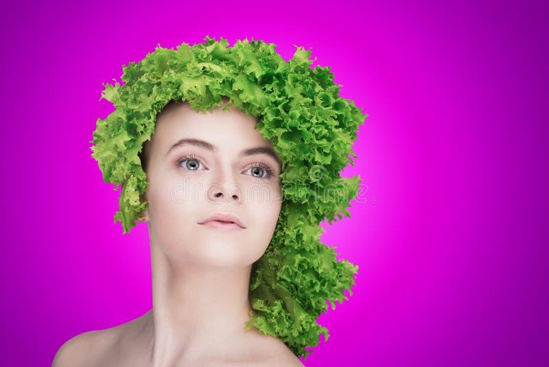 Un grand portrait d'un blanc/cheveux modèles des ingrédients/chou/régime sain de consommation/forme physique images stock