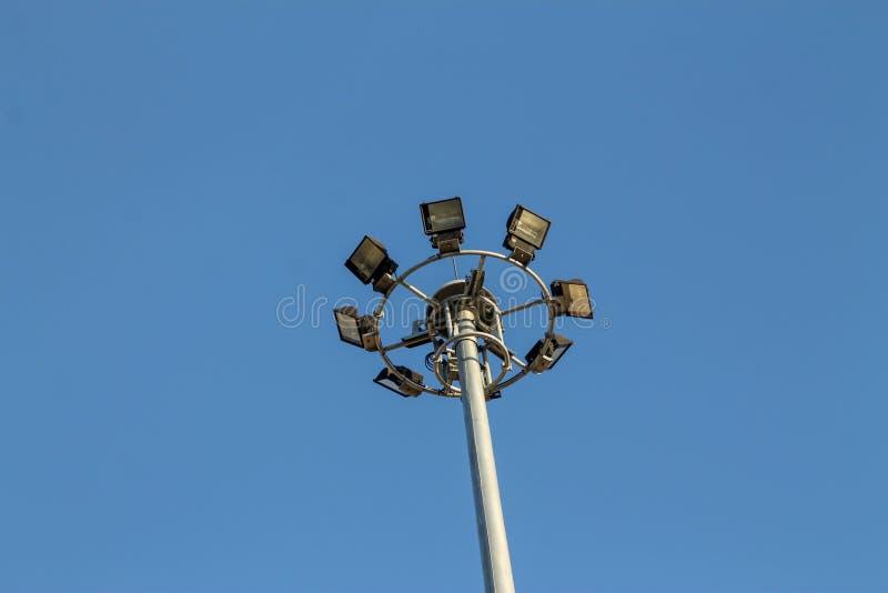 Un grand poteau ?lectrique rempli de projecteurs dans le ciel bleu photographie stock libre de droits