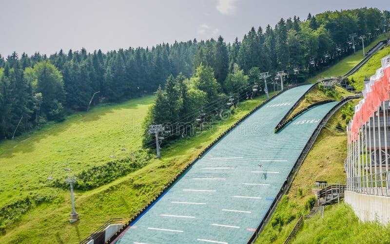 Un grand saut à skis pour des skieurs image libre de droits