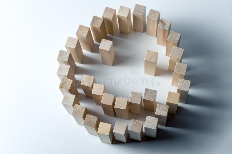 Un grand smiley fait de cubes en bois, comme symbole de bonheur, de succès et de tâche accomplie, sur un fond blanc inégal photos libres de droits