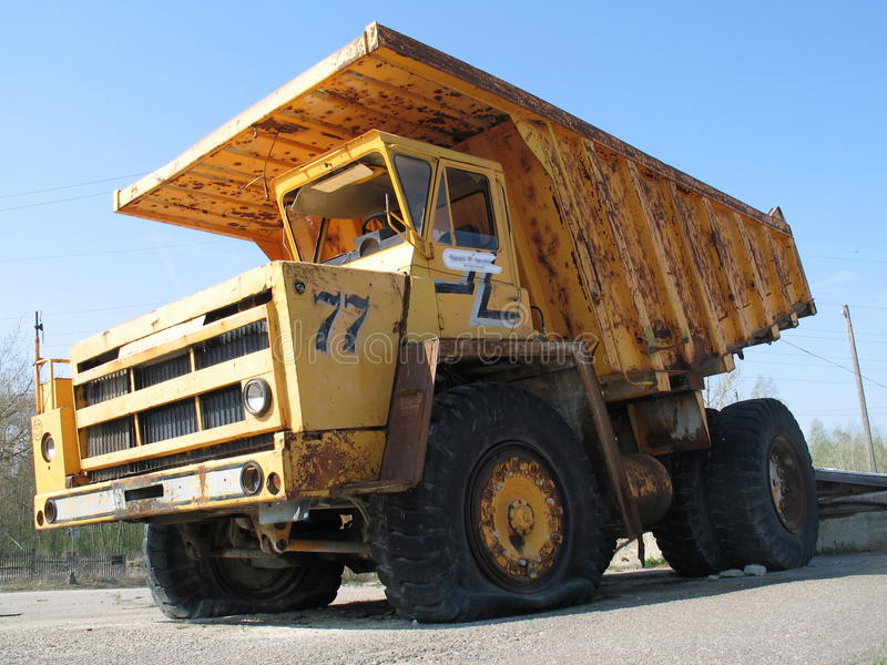 Un grande autocarro con cassone ribaltabile polveroso fotografia stock