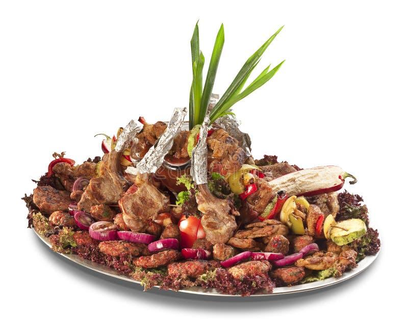 Un grande disco con abbondanza di carne e delle verdure fotografia stock