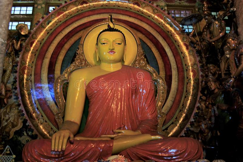 Un grande e bello idolo di Buddha in tempio della Sri Lanka immagine stock libera da diritti