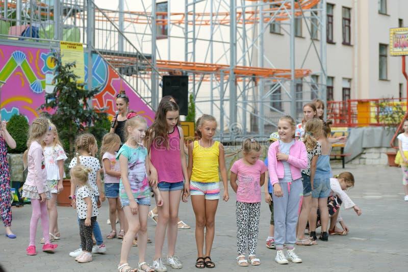 Un grande gruppo di salto, di sport e di ballare felici dei bambini di sport di divertimento Infanzia, libertà, felicità, il conc fotografie stock