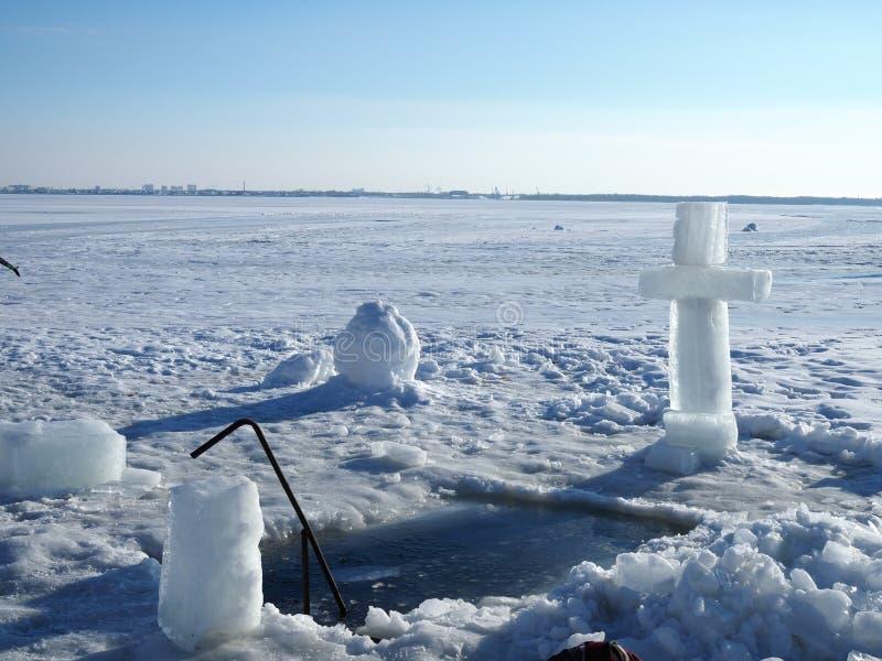 Un grande incrocio davanti ad un ghiaccio-foro Nell'incrocio vyrabany del ghiaccio Prima del rito di bagno Festività religiosa di fotografia stock
