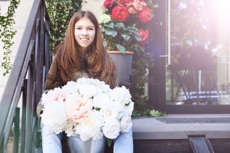 Un grande mazzo delle peonie nelle mani di bella ragazza emozione di felicità e di gioia Peonia dei fiori bianchi fotografie stock libere da diritti