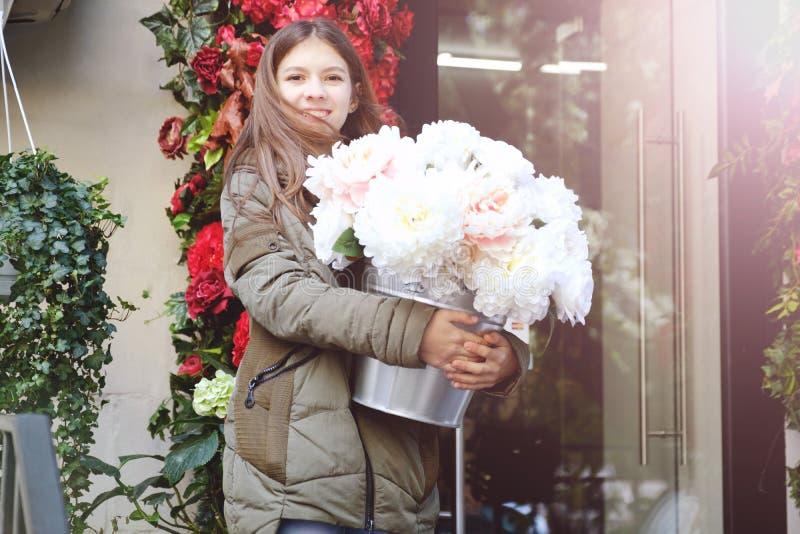 Un grande mazzo delle peonie nelle mani di bella ragazza emozione di felicità e di gioia Peonia dei fiori bianchi fotografia stock