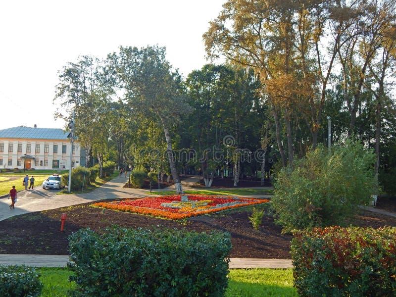 Un grande parco luminoso nella città provinciale di Vologda nel Nord della Russia fotografie stock
