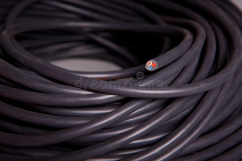 Rotolo di un cavo elettrico nero immagini stock