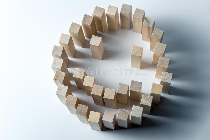Un grande smiley fatto dei cubi di legno, come simbolo di felicità, di successo e del compito compiuto, su un fondo bianco irrego fotografie stock libere da diritti