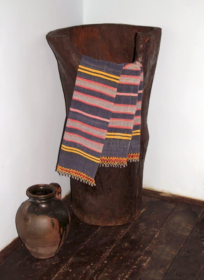 Un grande tino di legno ed asciugamani e una brocca del vino nel seminterrato di una casa bulgara tradizionale del villaggio, pro fotografie stock