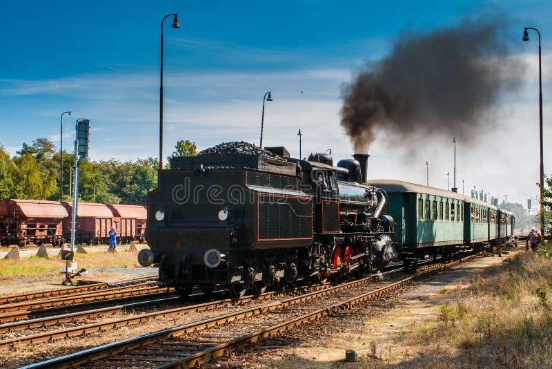 Un grande vecchio treno funzionante del vapore fotografie stock
