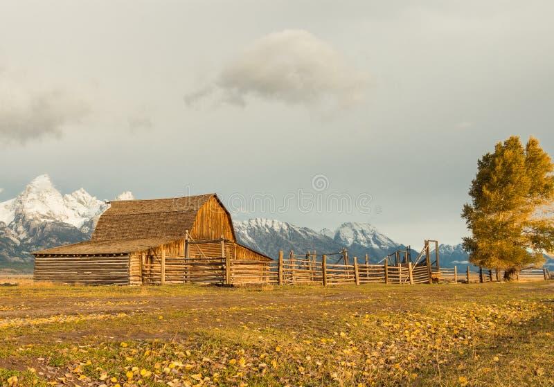 Un granero con las montañas de Teton imagen de archivo libre de regalías