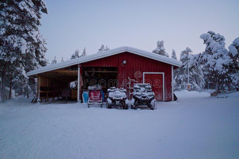 Un granero en el medio del invierno imagen de archivo libre de regalías