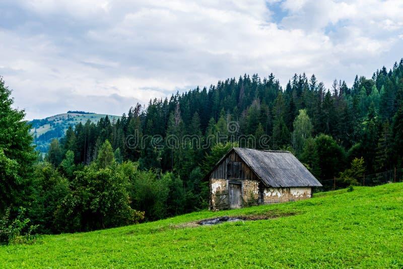 Un granero en una colina en los Cárpatos fotografía de archivo