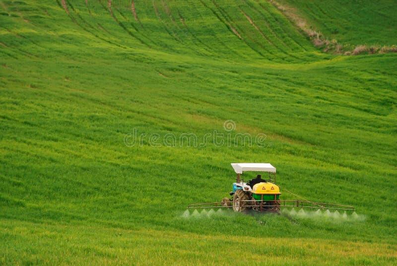 Un granjero está trabajando en su granja foto de archivo libre de regalías