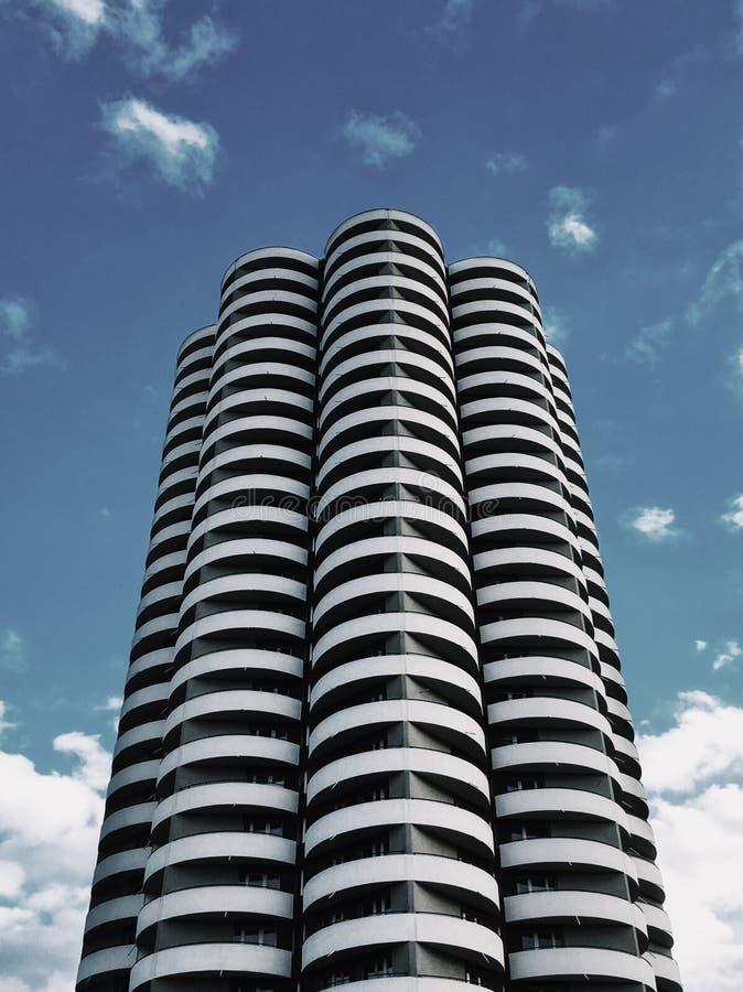 Un grattacielo nel colpo di Katowice dalla terra su un fondo azzurro immagine stock libera da diritti