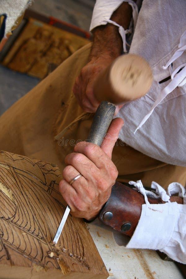 Un graveur en bois au travail image stock