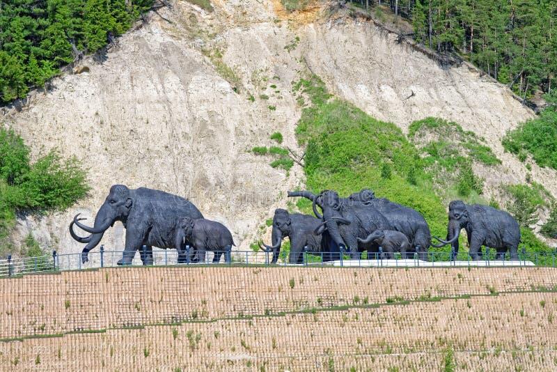 Un gregge dei mammut lanosi, una composizione scultorea all'aperto in Chanty-Mansijsk, Russia fotografia stock libera da diritti