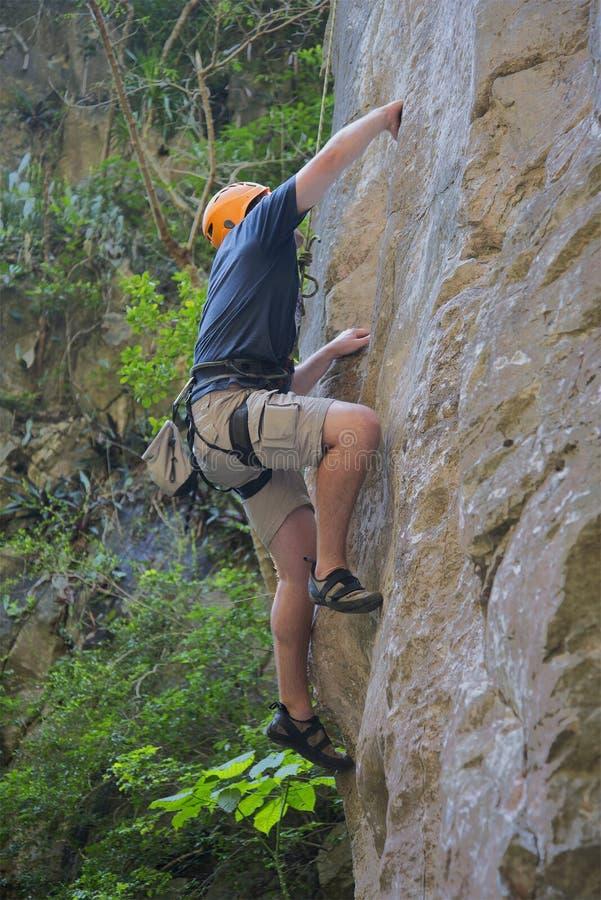 Un grimpeur de roche escalade un mur raide dans les montagnes de marbre Da Nang, Vietnam photo stock