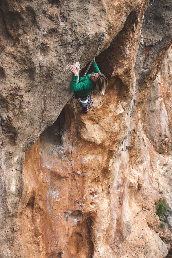 Un grimpeur de roche sur une roche photo libre de droits