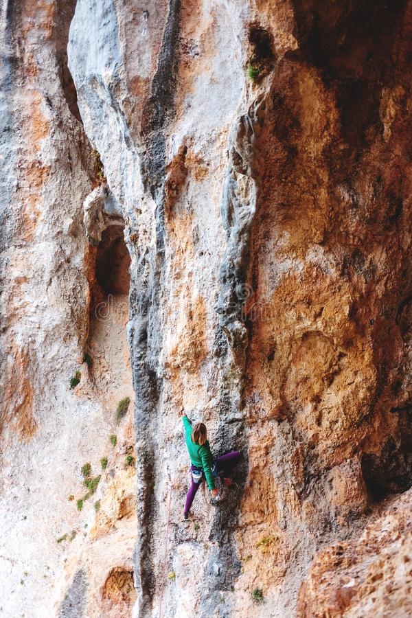 Un grimpeur de roche sur une roche images libres de droits