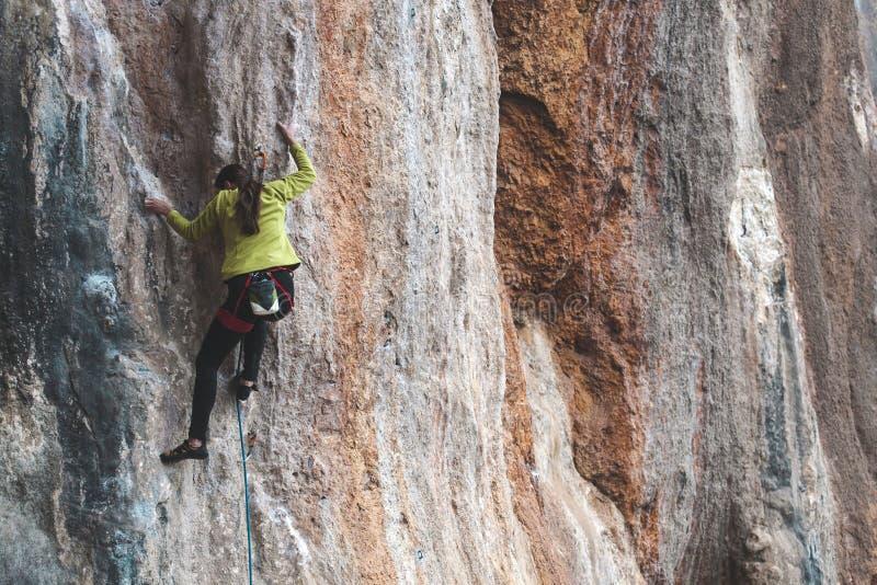 Un grimpeur de roche sur une roche photographie stock libre de droits