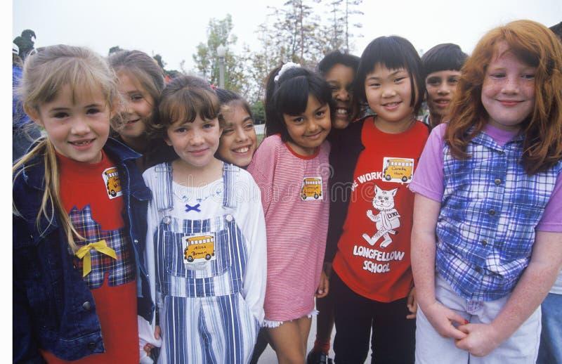 Un groupe d'écolières éthniquement diverses, école primaire de Longfellow, CA photo libre de droits