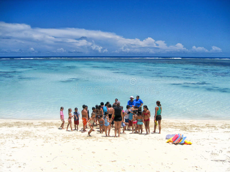 Un groupe d'écoliers se préparent aux leçons de natation dans une lagune bleue dans le cuisinier Islands image stock