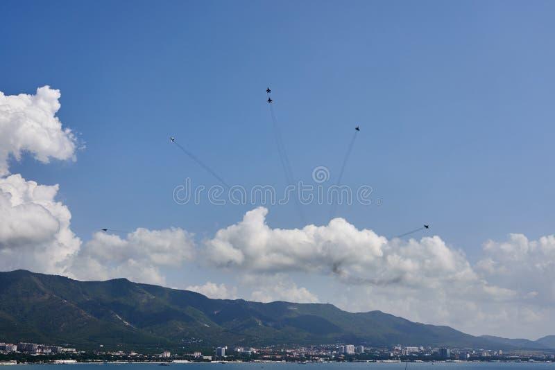 Un groupe d'aviation de six avions MiG-29 montrent une figure des feux d'artifice contre le contexte de la baie de Gelendzhik image stock