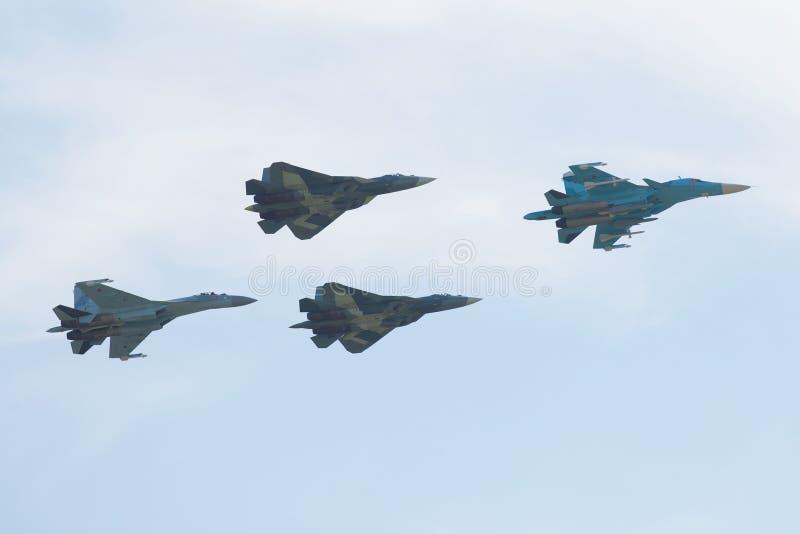 Un groupe d'avions militaires russes sur une démonstration montrent Salon de l'aéronautique MAKS-2017 image stock
