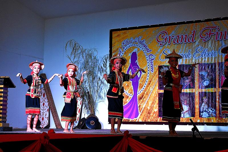Un groupe d'enfants ex?cutant une danse de Bidayuh pendant le concours de beaut? ethnique dans Kuching, Sarawak photographie stock libre de droits