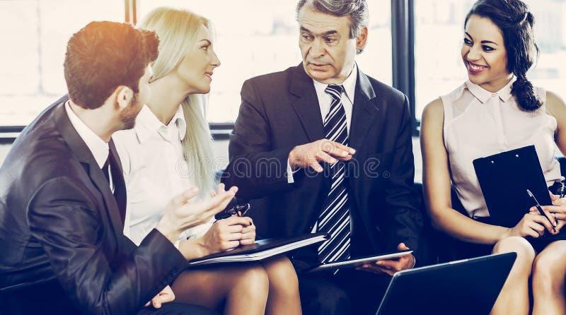 Un groupe d'hommes d'affaires discutant la politique de société dans un mode images libres de droits