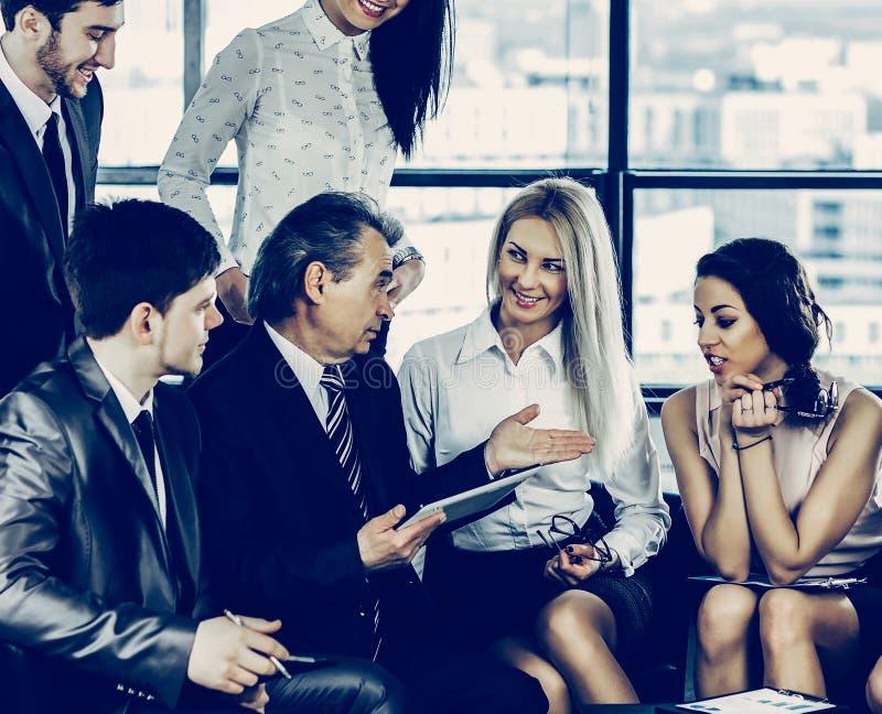 Un groupe d'hommes d'affaires discutant la politique de la soci?t? image stock