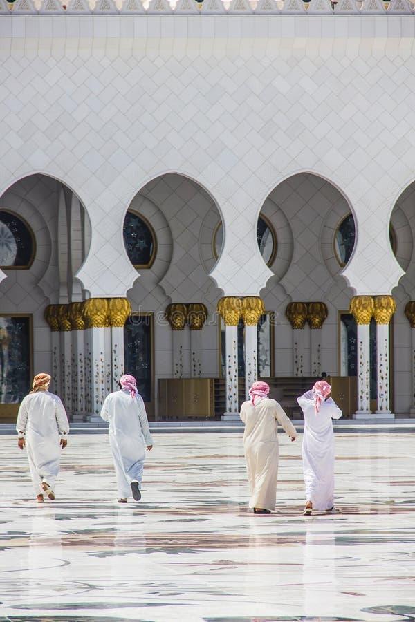 Un groupe d'hommes arabes marchant vers une mosquée prise le 1er avril 2013 en Abu Dhabi, Emirats Arabes Unis image libre de droits
