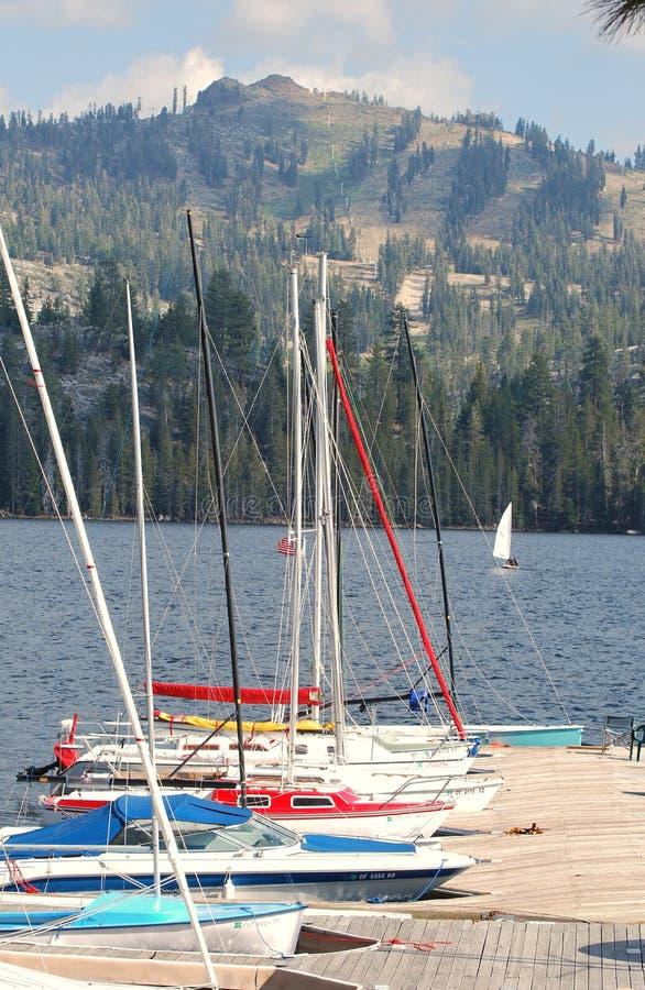 Un groupe de bateaux à voiles au dock photos stock