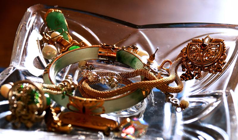Un groupe de bijoux précieux pour Madame heureuse dans votre vie image libre de droits